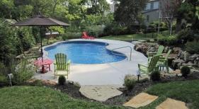 Freeform-Vinyl-Liner-Pool-with-Concrete-Decking
